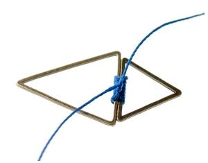 Enrouler le fil autour de la jonction des 2 triangles